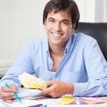 diseñador de interiores masculino en oficina — Foto de Stock