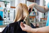 Recebendo um penteado — Foto Stock