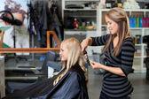 Mulher, recebendo um novo penteado — Foto Stock