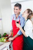 Lachen paar koken in de keuken — Stockfoto