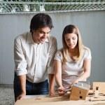 donna architetto lavorando su casa modello — Foto Stock