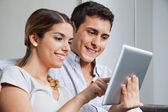 通过使用 tablet pc 的年轻夫妇 — 图库照片