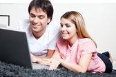 Junges Paar mit Laptop — Stockfoto