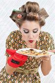 žena páchnoucích deska souborů cookie — Stock fotografie