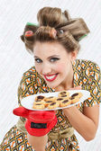 šťastná žena pevn0 souborů cookie — Stock fotografie
