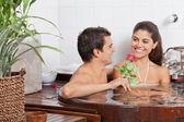 Młoda para w wannie — Zdjęcie stockowe