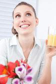 Joven mujer sosteniendo el vaso de jugo — Foto de Stock