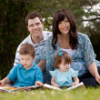 Family Reading in Park — Stockfoto