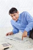 Geek podnikatel stisknutím tlačítka klávesnice — Stock fotografie