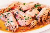 パセリを添え海老の大皿フル — ストック写真