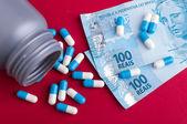 Brasilianska pengar och piller — Stockfoto