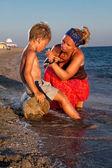Matka i syn w morze — Zdjęcie stockowe