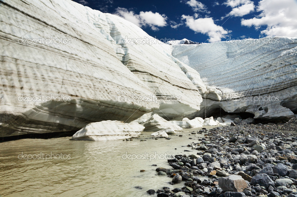 Melting glacier in Siberian mountains — Stock Photo #11782757