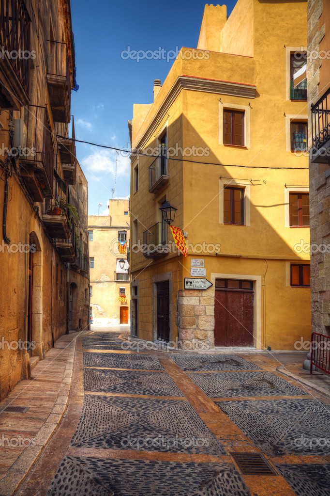 Traditional old Spanish street, Tarragona, Catalonia, Spain — Stock Photo #11442157