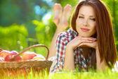 Krásná žena v zahradě s jablky — Stock fotografie
