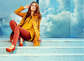 Vrouw in herfst moskou stad — Stockfoto