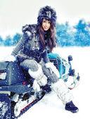 Piękna kobieta w zimowej scenerii — Zdjęcie stockowe
