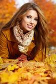 Retrato de joven muy hermosa en el parque otoño — Foto de Stock