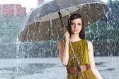 Kadın sokakta yağmurda — Stok fotoğraf