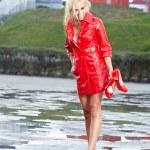 jeune fille sexy en se promenant humide rue après la pluie — Photo
