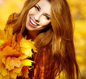 Young brunette woman portrait in autumn color — Photo