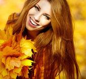 Young brunette woman portrait in autumn color — Foto Stock