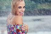 年轻漂亮的女人在雨中的肖像 — 图库照片