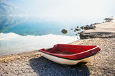 In den frühen morgenstunden am strand boot — Stockfoto