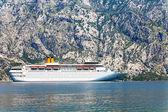 Blanco crucero el mar turística está navegando en la montaña backgr — Foto de Stock