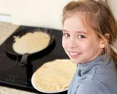 Dítě peče palačinky — Stock fotografie