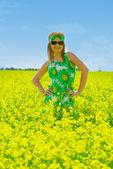 Bella donna sul campo di colza — Foto Stock