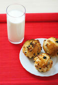 Small muffins on plate and glass of milk — Stock Photo