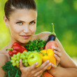 Woman with bare shoulders holding fruit and vegetables — Stock fotografie