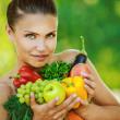 donna con spalle nude, tenendo la frutta e verdura — Foto Stock