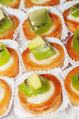 Tasty little tarts with kiwi fruit — Stock Photo