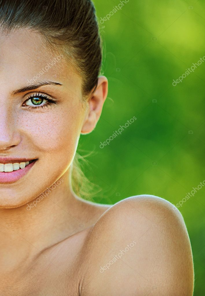 Face young beautiful girl dark closeups short hair summer park smiling — Stock Photo #10784519