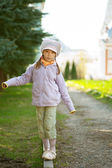 Girl-preschooler walking on curb — Stock Photo