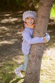 Girl-preschooler hands clasped tree — Stock Photo