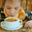 Girl-preschooler eats a tasty meal — Stockfoto