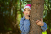 Girl-preschooler hands clasped tree — Stock Photo