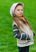 Gelukkig meisje-peuter op groen gras — Stockfoto