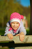 Girl-preschooler laughs and plays — Stock Photo
