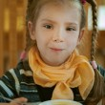 Girl-preschooler eats a tasty meal — Stock Photo