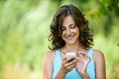Frau liest nachricht an mobiltelefon — Stockfoto