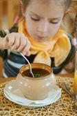Meisje-peuter eet een smakelijke maaltijd — Stockfoto