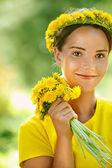 Mladá žena s kyticí pampelišky — Stock fotografie