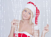 улыбаясь молодая женщина в одежде санта-клауса — Стоковое фото