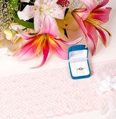 карта с кольцо, кружева и цветы — Стоковое фото