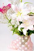 Dentelle et fleurs de lys blanc et rose — Photo