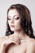 Parlak mor göz akşam makyaj, güzel bir kadın portresi — Stok fotoğraf